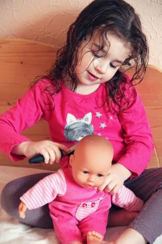 peigner une poupée